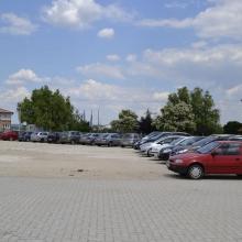 Parkolás kültéren, murvázott területen