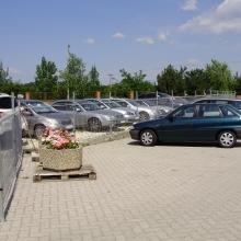 Kültéri parkolás viacolorozott területen